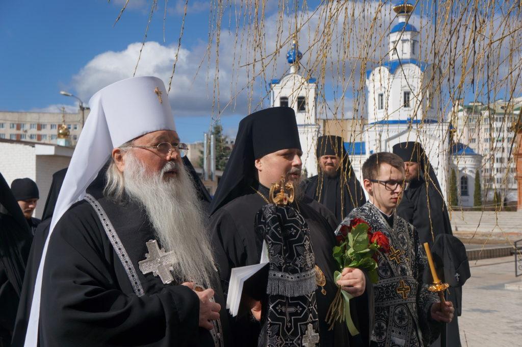 Высокопреосвященнейший митрополит Тихон совершил панихиду по архиепископу Паисию в Свято-Успенском мужском монастыре